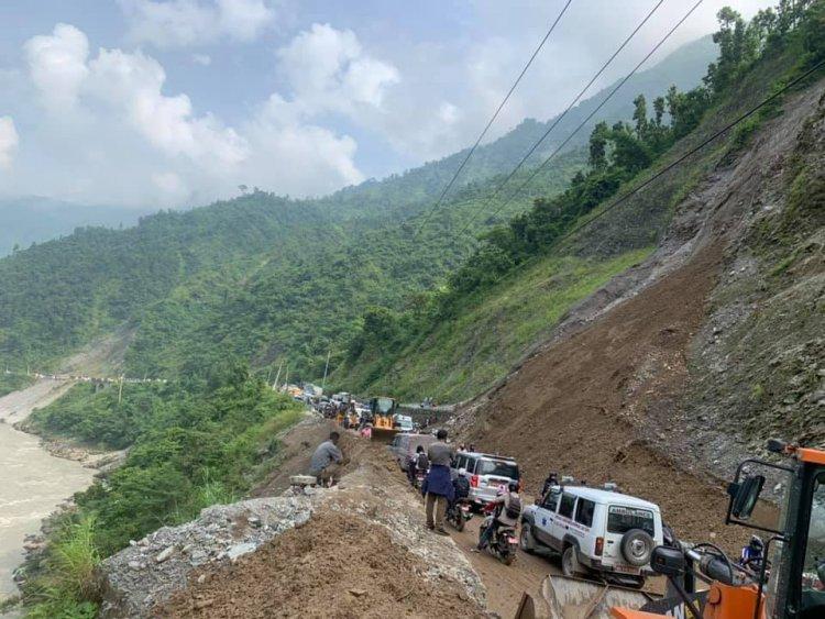पाँचकिलोमा पहिरो खस्दा नारायणगढ–मुग्लिन सडकखण्ड पुन अवरुद्ध